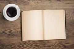 Ανοικτή τοπ άποψη φλυτζανιών βιβλίων και καφέ σχετικά με τον πίνακα Στοκ εικόνες με δικαίωμα ελεύθερης χρήσης