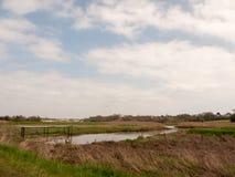 ανοικτή χώρα καλλιεργήσιμου εδάφους φύσης τομέων κοιλάδων ρευμάτων νερού έξω από τους ουρανούς όμορφους Στοκ Φωτογραφίες