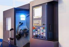 Ανοικτή cnc μηχανή με τη θραύση και ψηφιακά - ελεγχόμενος σύγχρονος cnc επιτροπής τόρνος στο εργοστάσιο στοκ φωτογραφία με δικαίωμα ελεύθερης χρήσης