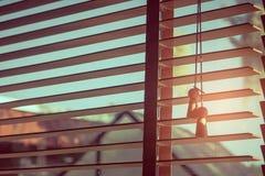 Ανοικτή sunshade ή κουρτίνα με την ακτίνα του φωτός του ήλιου κατευθείαν από το παράθυρο στο εκλεκτής ποιότητας ύφος στρέψτε μαλα στοκ φωτογραφίες