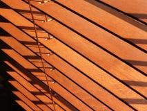 Ανοικτοί καφετιοί ξύλινοι τυφλοί, με το φως του ήλιου που λάμπει κατευθείαν Στοκ φωτογραφία με δικαίωμα ελεύθερης χρήσης