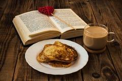 Ανοικτοί φρυγανιά και καφές βιβλίων Στοκ εικόνα με δικαίωμα ελεύθερης χρήσης