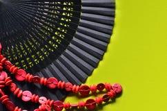 Ανοικτός ανεμιστήρας χεριών και κόκκινες χάντρες Στοκ Εικόνα