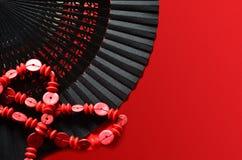 Ανοικτός ανεμιστήρας χεριών με τη διακόσμηση και τις κόκκινες χάντρες Στοκ Φωτογραφίες