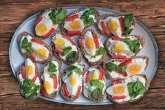 Ανοικτός-αντιμέτωπα σάντουιτς με τα αυγά και το κάρδαμο και τα κόκκινα πιπέρια Στοκ Εικόνες