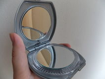 Ανοικτός καθρέφτης τσεπών εκμετάλλευσης χεριών στοκ εικόνα με δικαίωμα ελεύθερης χρήσης