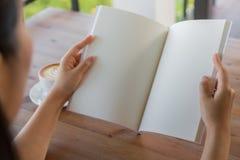 Ανοικτός κενός κατάλογος χεριών, περιοδικά, χλεύη βιβλίων επάνω στον ξύλινο πίνακα Στοκ Εικόνες