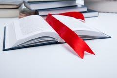 Ανοικτός κόκκινος σελιδοδείκτης βιβλίων whith Στοκ φωτογραφία με δικαίωμα ελεύθερης χρήσης