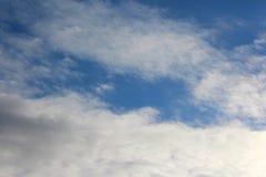 Ανοικτός μπλε ουρανός με τα λεπτά άσπρα σύννεφα Στοκ Εικόνες