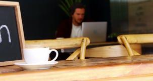 Ανοικτός πίνακας σημαδιών με το φλιτζάνι του καφέ στον πίνακα απόθεμα βίντεο
