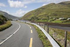 Ανοικτός δρόμος παράλληλα με τη λίμνη φιορδ Killary λιμνών  Leenane, Connemara Στοκ Φωτογραφίες