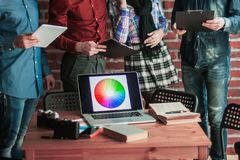 Ανοικτός φορητός προσωπικός υπολογιστής με μια παλέτα χρώματος στο σχεδιαστή εργασιακών χώρων Στοκ εικόνες με δικαίωμα ελεύθερης χρήσης