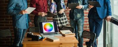 Ανοικτός φορητός προσωπικός υπολογιστής με μια παλέτα χρώματος στο σχεδιαστή εργασιακών χώρων Στοκ φωτογραφίες με δικαίωμα ελεύθερης χρήσης