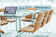 ανοικτός φορητός προσωπικός υπολογιστής με τα σχέδια μάρκετινγκ και σημαντικά έγγραφα σχετικά με τον υπολογιστή γραφείου σας προτ Στοκ Εικόνες