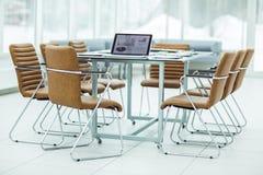 ανοικτός φορητός προσωπικός υπολογιστής με τα σχέδια μάρκετινγκ και σημαντικά έγγραφα σχετικά με τον υπολογιστή γραφείου σας προτ Στοκ φωτογραφία με δικαίωμα ελεύθερης χρήσης
