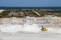 Ανοικτός χυτός ορυχείο ασβεστόλιθος λατομείων κιμωλίας, βιομηχανική παραγωγή του μεταλλεύματος και μετάλλευμα Στοκ εικόνα με δικαίωμα ελεύθερης χρήσης