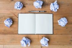 ανοικτό έγγραφο σημειωματάριων με το τσαλακωμένο έγγραφο Στοκ εικόνα με δικαίωμα ελεύθερης χρήσης