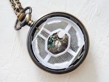 Ανοικτό αναδρομικό ρολόι τσεπών ύφους με τη μετακίνηση χαλαζία στοκ εικόνες