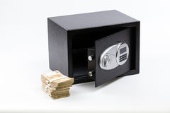 Ανοικτό ασφαλές κιβώτιο κατάθεσης, σωρός των χρημάτων μετρητών, ευρώ Στοκ Εικόνες