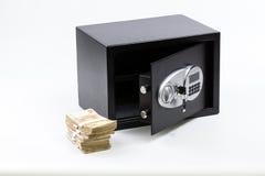 Ανοικτό ασφαλές κιβώτιο κατάθεσης, σωρός των χρημάτων μετρητών, ευρώ στοκ φωτογραφία