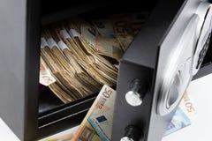 Ανοικτό ασφαλές κιβώτιο κατάθεσης, σωρός των χρημάτων μετρητών, ευρώ στοκ φωτογραφίες