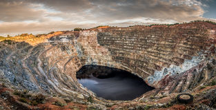 Ανοικτό λατομείο μεγάλο, με τη μικρή εσωτερική λίμνη Στοκ Εικόνες