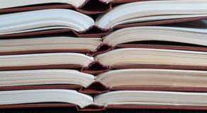 Ανοικτό βιβλίο με σκληρό εξώφυλλο βιβλίων στα βιβλία σωρών Στοκ εικόνες με δικαίωμα ελεύθερης χρήσης