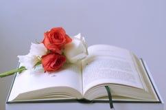 Ανοικτό βιβλίο με τα λουλούδια στοκ φωτογραφίες με δικαίωμα ελεύθερης χρήσης