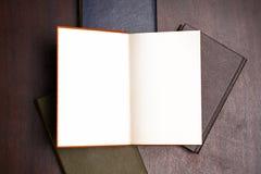 Ανοικτό βιβλίο στον πίνακα στοκ φωτογραφία