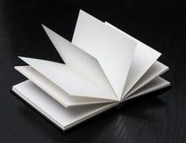 Ανοικτό βιβλίο στο μαύρο υπόβαθρο Στοκ φωτογραφία με δικαίωμα ελεύθερης χρήσης