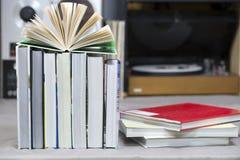 Ανοικτό βιβλίο, σωρός των βιβλίων βιβλίων με σκληρό εξώφυλλο στον πίνακα Τοπ όψη Στοκ Φωτογραφίες