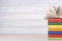 Ανοικτό βιβλίο, βιβλία βιβλίων με σκληρό εξώφυλλο στον ξύλινο πίνακα Υπόβαθρο εκπαίδευσης πίσω σχολείο Διάστημα αντιγράφων για το Στοκ Φωτογραφία