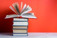 Ανοικτό βιβλίο βιβλίων με σκληρό εξώφυλλο στον ξύλινο πίνακα και το κόκκινο γεφυρών Στοκ Εικόνες