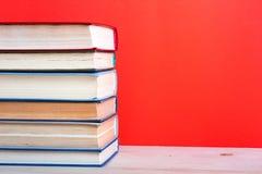 Ανοικτό βιβλίο βιβλίων με σκληρό εξώφυλλο στον ξύλινο πίνακα και το κόκκινο γεφυρών Στοκ εικόνες με δικαίωμα ελεύθερης χρήσης