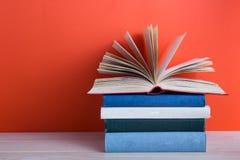 Ανοικτό βιβλίο βιβλίων με σκληρό εξώφυλλο στον ξύλινο πίνακα και το κόκκινο γεφυρών Στοκ Φωτογραφίες