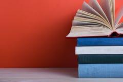 Ανοικτό βιβλίο βιβλίων με σκληρό εξώφυλλο στον ξύλινο πίνακα και το κόκκινο γεφυρών Στοκ φωτογραφία με δικαίωμα ελεύθερης χρήσης