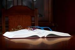 Ανοικτό βιβλίο, γυαλιά Στοκ Εικόνες