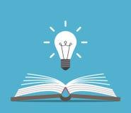 Ανοικτό βιβλίο και lightbulb στοκ εικόνες
