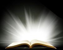 Ανοικτό βιβλίο με ένα όμορφο φως Στοκ φωτογραφία με δικαίωμα ελεύθερης χρήσης