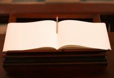 Ανοικτό βιβλίο με τις κενές κίτρινες σελίδες Στοκ φωτογραφία με δικαίωμα ελεύθερης χρήσης