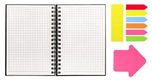 Ανοικτό βιβλίο με το σπειροειδή σύνδεσμο και τις ζωηρόχρωμες κολλώδεις σημειώσεις στοκ εικόνες