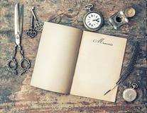 Ανοικτό βιβλίο περιοδικών και εκλεκτής ποιότητας εργαλεία γραψίματος μνήμες αναδρομικό sty στοκ φωτογραφία