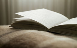Ανοικτό βιβλίο σε ένα κάλυμμα, απέναντι από το παράθυρο Στοκ Εικόνες