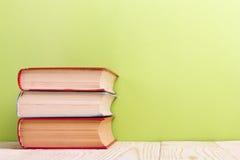 Ανοικτό βιβλίο στο πράσινο ξύλινο υπόβαθρο η εκπαίδευση έννοιας βιβλίων απομόνωσε παλαιό Διάστημα αντιγράφων για την αγγελία Στοκ φωτογραφία με δικαίωμα ελεύθερης χρήσης