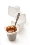 Ανοικτό γιαούρτι στο δοχείο με το κουτάλι μετάλλων Στοκ Φωτογραφίες