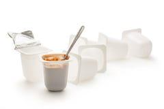 Ανοικτό γιαούρτι στο δοχείο με το κουτάλι μετάλλων Στοκ Εικόνες