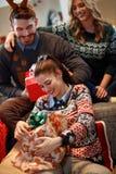 Ανοικτό δώρο Χριστουγέννων κοριτσιών στοκ εικόνες με δικαίωμα ελεύθερης χρήσης