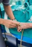 Ανοικτό ενδοφλέβιο ρευστό γιατρών Anesthesiologist Στοκ Εικόνα