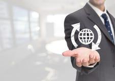 Ανοικτό επιχειρησιακό χέρι παλαμών με το παγκόσμιο εικονίδιο σφαιρών και γύρω από τα βέλη στο άσπρο κλίμα Στοκ φωτογραφία με δικαίωμα ελεύθερης χρήσης