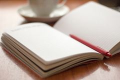 Ανοικτό ημερολόγιο για το γράψιμο και ballpoint μάνδρα στον πίνακα στοκ εικόνες